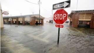 Image copyright                  Reuters                  Image caption                                      El mercado histórico de Charleston se inundó                                El huracán Matthew ha matado al menos a 10 personas en los EE.UU. y se desplaza a lo largo de la costa sureste del país. Tres personas murieron en Carolina del Norte, dijo el