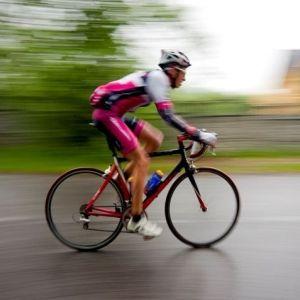 Aby osiągnąć sukces w kolarstwie niezbędne są dwa czynniki - trening musi być systematyczny i racjonalny. Nawet jeśli będziemy bardzo ciężko trenować, to jeśli nie będziemy tego robić na prawidłowych obciążeniach progres będzie minimalny lub nawet żaden. Kluczem do sukcesu jest prawidłowe wyznaczenie stref treningowych