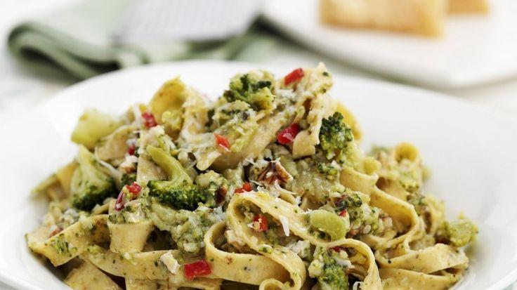 Nussige Nudeln mit leckerer Gemüseeinlage: Tagliatelle mit Brokkoli und Nüssen | http://eatsmarter.de/rezepte/tagliatelle-mit-brokkoli-und-nuessen