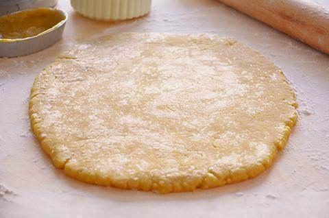 La ricetta della pasta frolla all'olio è una semplice e sana. La pasta frolla all'olio è una valida alternativa a quella tradizionale ed è particolarmente indicata per la preparazione di biscotti.