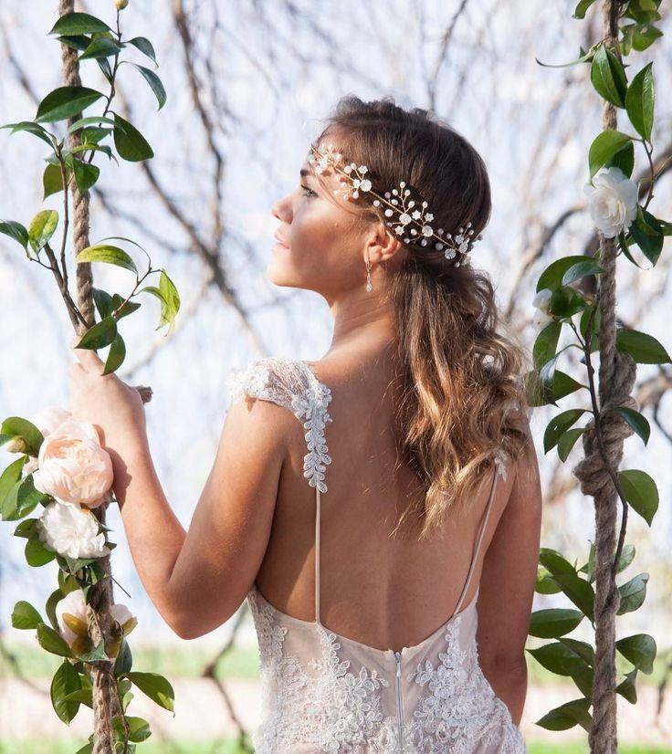 Особенности выбора диадемы для невесты Если вы решили украсить свою свадебную прическу диадемой то серьезно и тщательно подойдите к выбору ее модели.  Перед покупкой аксессуара примерьте его на голову и походите в нем. Если мини-корона не сползает на бок не сваливается при движении не сдавливает голову и держится устойчиво на волосах то она прекрасно подойдет для свадьбы При выборе этого аксессуара необходимо учитывать тип лица девушки цвет фасон подвенечного платья прическу. Чтобы правильно…