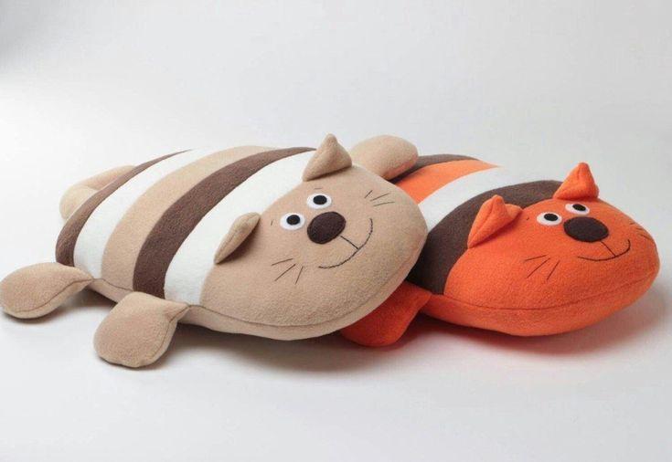 Милые котики: игрушки подушки