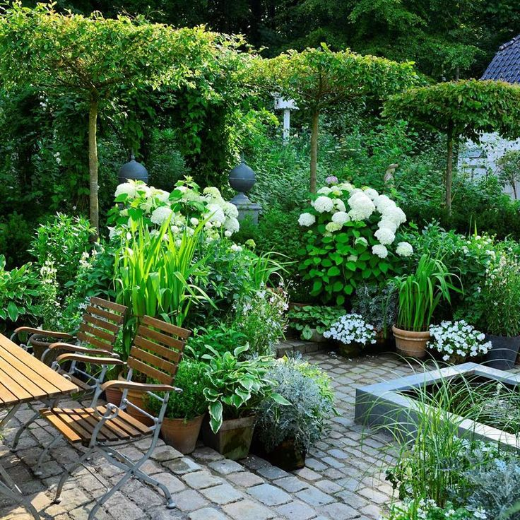 Yes, there is evidence that a slightly more sophisticated garden, can work beautifully with a cottage.
