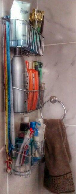Organizando: cestinhas de alumínio a R$25,00 cada, expostas em trio com fitinhas do nosso senhor do bonfim tendo nas pontos penduricalhos misticos...
