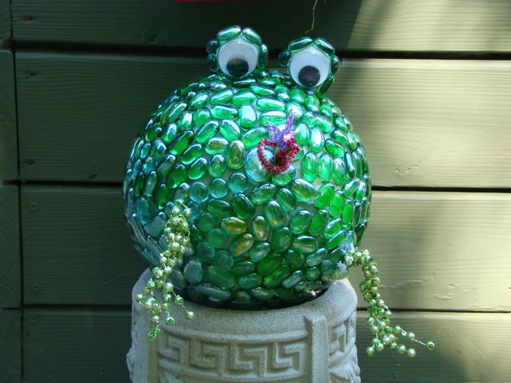 Bowling BallFrogs Bowls, Yard Art, Gardens Projects, Gardens Art, Yards Art, Bowls Ball, Gardens Junk, Frog Art, Bowling Ball