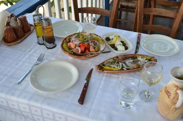 Griechischer Salat, gefüllte Weinblätter und Anchovis in einer Taverne in Chalkidiki Sithonia