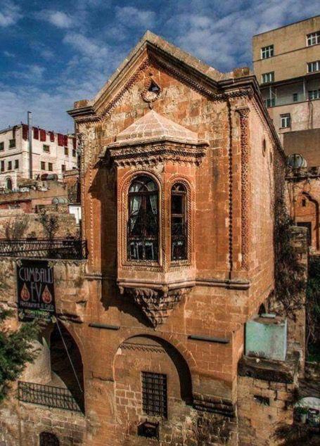 Cumbalı ev/Mardin/// İsmail Efendi için Mimarbaşı Lole tarafından inşa edilen ev, üçgen alınlıklı pencere söveleri ve bezemeleri ile İtalyan Rönesans üslubunu yansıtır.