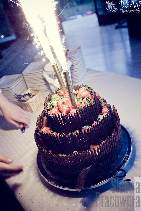 tort weselny czekolada truskawki