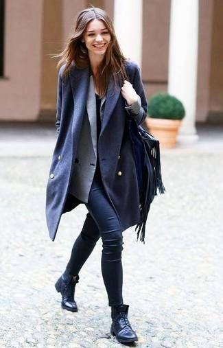 Tenue: Manteau bleu marine, Blazer croisé gris, T-shirt à col rond noir, Pantalon slim en cuir noir