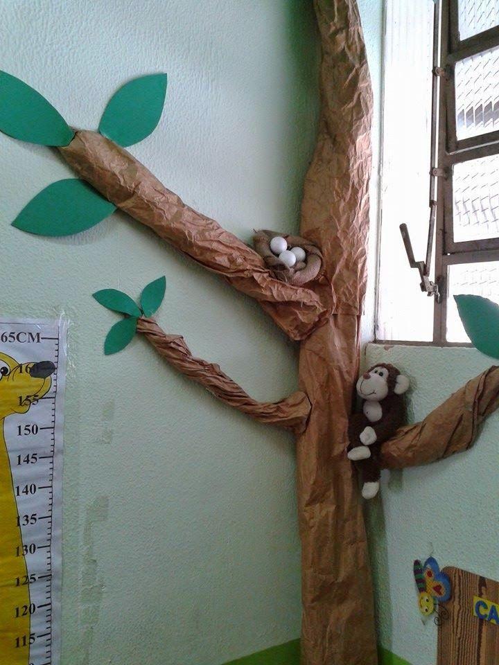 Se você quer montar uma linda árvore para enfeitar seu Cantinho da Leitura, aqui vai o passo a passo.       1- O Tronco . É feito com papel...