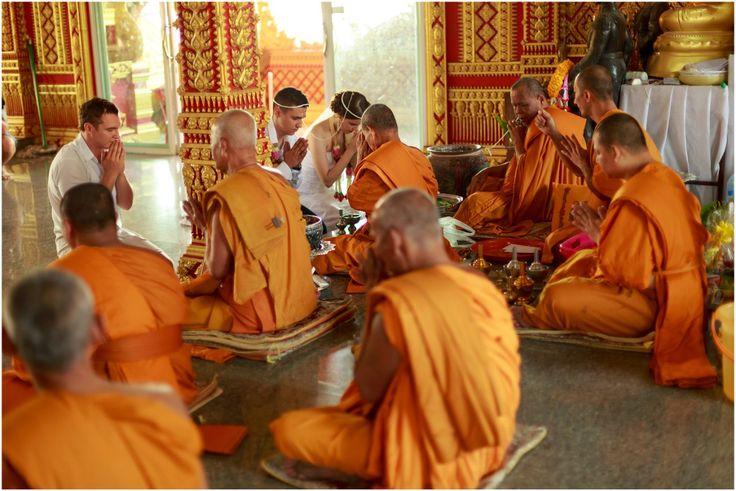 свадебный обряд в буддийском храме можно совершить даже если вы не буддисты. монахи всегда с пониманием относятся к ошибкам молодоженов во время ритуала и часто их подбадривают и помогают. www.exotic-thai.ru