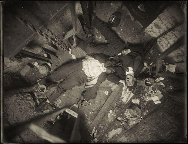 Os corpos do ascensorista Robert Green (esq.) e do engenheiro civil Jacob Jagendorf (dir.) são vistos no fundo do poço do elevador de um edifício em Nova York, onde foram encontrados em 24 de novembro de 1915 (Foto: AP/NYPD Evidence Collection/New York City Municipal Archives)