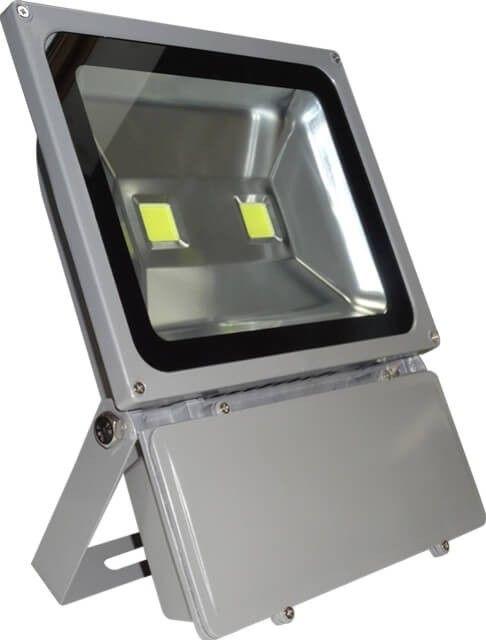 Un PROIECTOR LED 120W ALB RECE practic pentru instalatii de exterior unde este nevoie de lumina de mare intensitate. Prevazut cu doua LED-uri de 60W putere (insumand 120W), acesta este o solutie fiabila pentru iluminat interior-exterior.