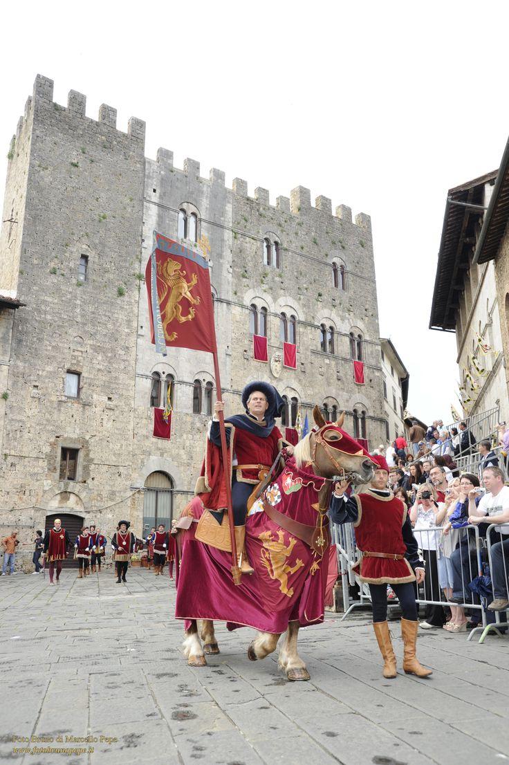 Massa Marittima (Grosseto, Toscana) - Balestro del Girifalco si svolge due volte l'anno: la quarta domenica di Maggio e il 14 Agosto. Prendono parte alla gara 24 balestrieri, 8 per ciascuno dei Terzieri in cui è divisa Massa Marittima fin dai tempi della sua costituzione a Libero Comune.