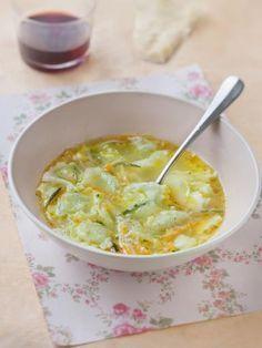 Recette Soupe aux ravioles Ingrédients (pour 4 personnes) : - 1 courgette - 3 carottes - 1 blanc de poireau - 4 plaques de ravioles de la Drôme - 1 bouillon cube or - sel, poivre, huile d'olive Plus