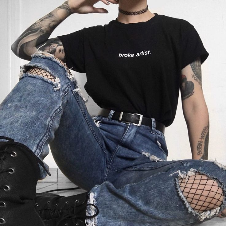 outfit 1 or 2? 🖤 @flatcetera Broke Artist tee 🌹 www.blvck.pl • • • • • #grunge #grungestyle #grungeteens #aesthetictumblr