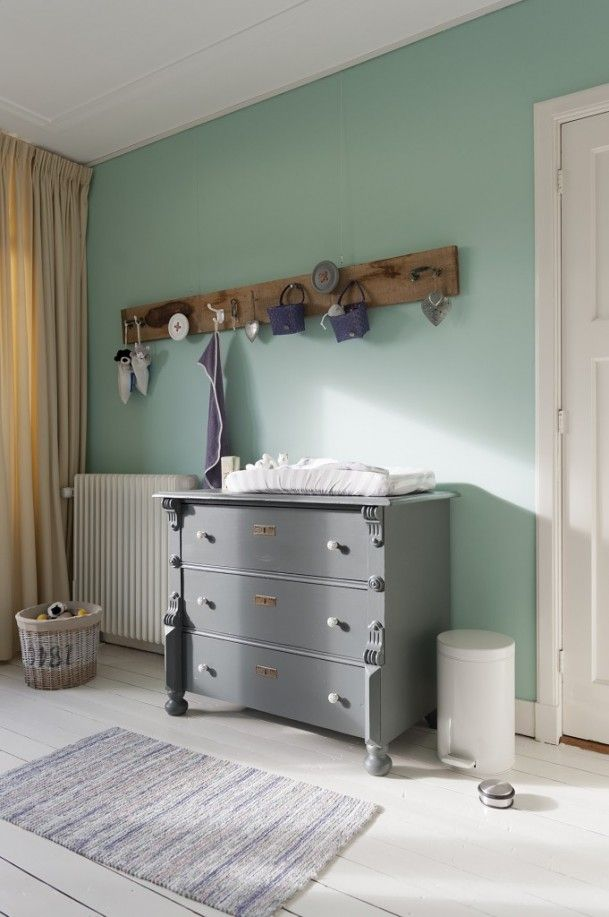 Babykamer | wat een goed idee die plank van sloophout! Door Billie  white floors, mint walls, gray dresser, reclaimed hook with hooks, tan curtains, gray rug
