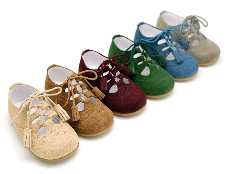 Tienda online de calzado infantil Okaaspain. Calidad al mejor precio fabricado en España. Zapato inglés de ante sin lengüeta.