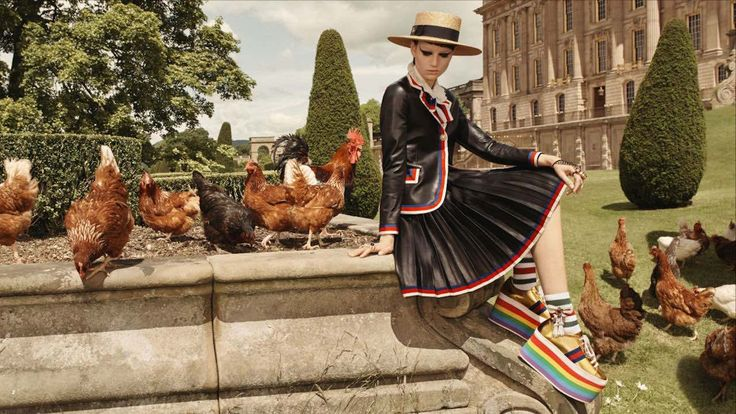 """Un'attrice britannica premio Oscar, i campi, i cavalli, la musica rock, la quintessenza dello spirito inglese """"God save the Queen"""". Con questo eclettico mix Gucci ha lanciato la sua nuova campagna pubblicitaria Cruise 2017."""