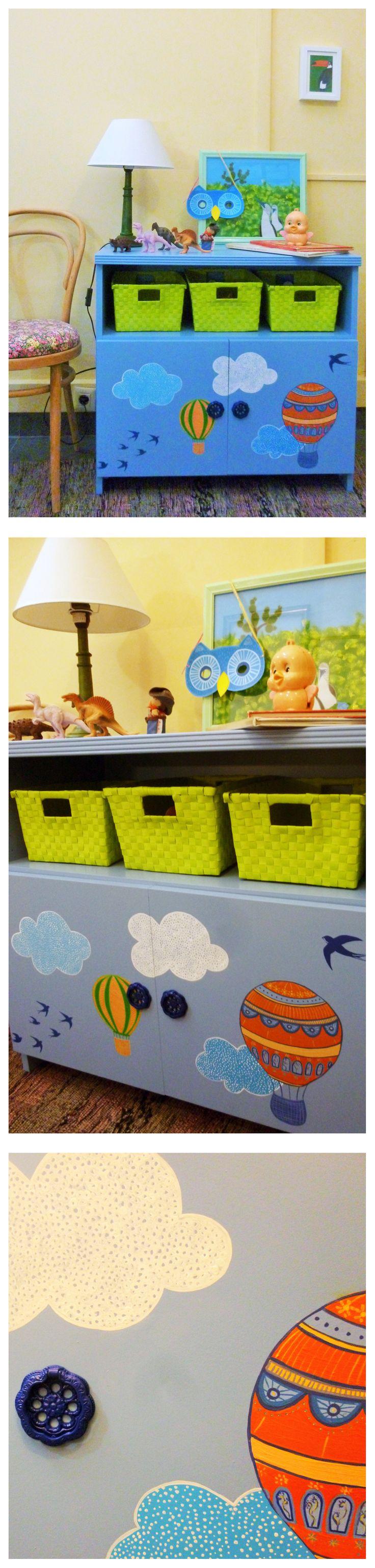 Còmoda infantil, lacada en blau cel i decorada amb acrílics. Tiradors lacats en blau ultramar. Dimensions:  Ample: 80 cm, Fondària: 40,5 cm, Altura: 74,4 cm. 295.00 €