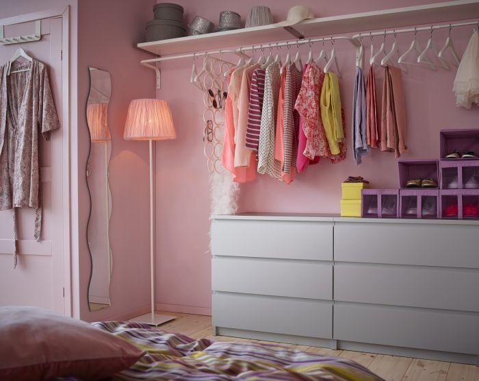 Büyük dolaplar yerine askı borusu ve raflarla yatak odanızda giyinme alanı yaratabilirsiniz.