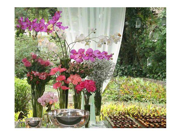 Orquídeas roxas e brancas em uma decoração de casamento no campo