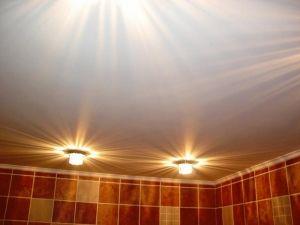 Можно ли клеить флизелиновые обои на потолок и как правильно их клеить