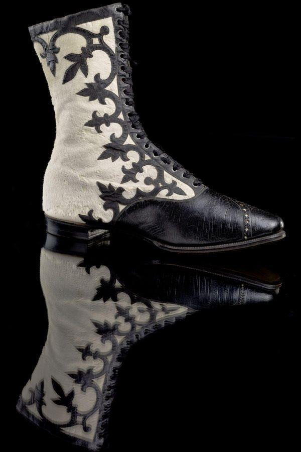 Lackstiefel – 1905  Im 20. Jahrhundert wurden die Kleider kürzer und gaben so Schuhdesignern und Damen die Gelegenheit, Kreationen wie diesen Stiefel mit kunstvollen Ornamenten zu präsentieren.