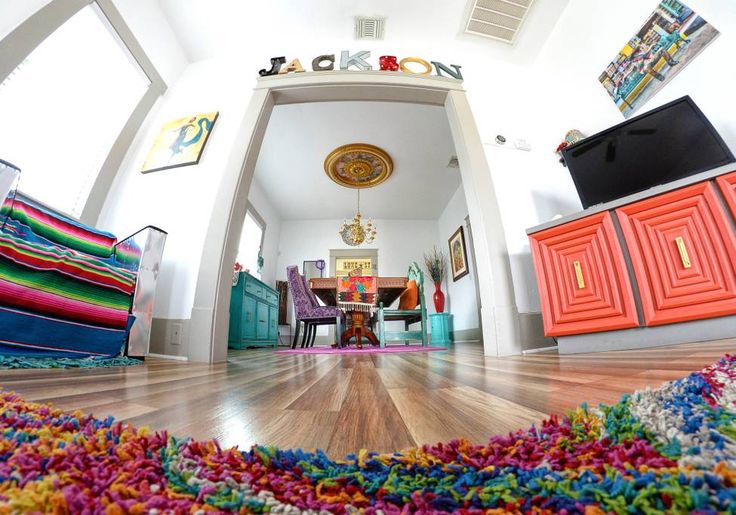 Entire home/apt in San Antonio, US. JACKSON ST BUNGALOW- Beautiful, comfortable updated 1930's home. 2 king beds & twin daybed. Free:wifi, parking,security system,washer/dryer. Quick Uber ride to the fun at riverwalk, Alamo, Market Square, and Pearl. Several unique restaurants withi...