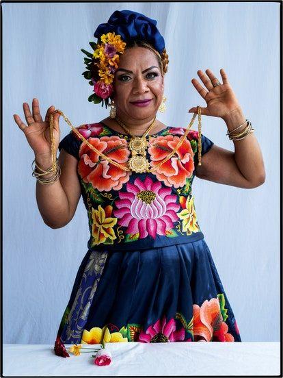 Los muxes (también referidos como muxhes) han recorrido el mundo y este los ha contemplado por la dualidad que representan. Tim Walker, Vogue Mexico, Harajuku, Crown, Culture, Beautiful, Gender, India, Fantasy
