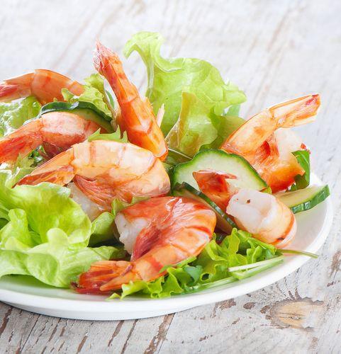 Salat med rejer og agurk En dejligt salat med rejer og agurk. http://nemaftensmad.com/salat-med-rejer-og-agurk/ #Salater , #Agurk, #Rejer