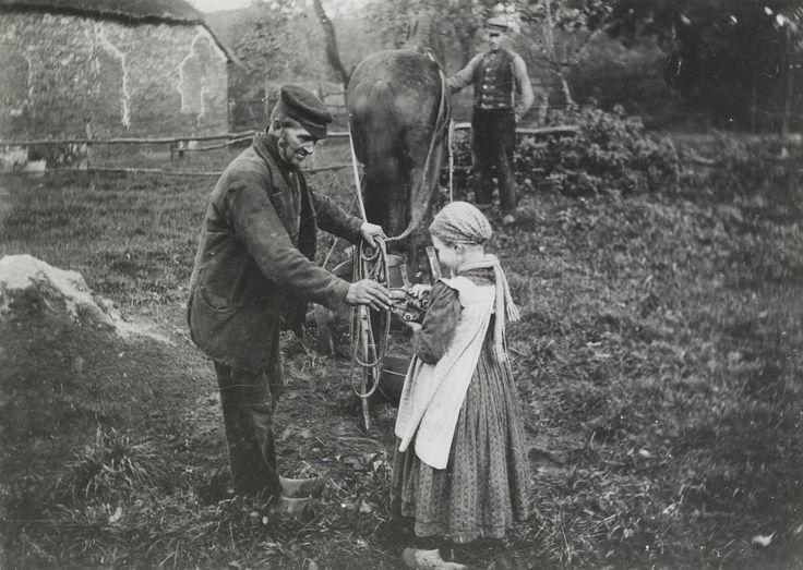 Twee mannen en een meisje uit de omgeving van Rolde. Ze zijn gekleed in Drentse streekdracht. Het meisje draagt een gedessineerd mutsje De man bij het paard draagt een vest met een dubbele rij knopen. ca 1900 #Drente