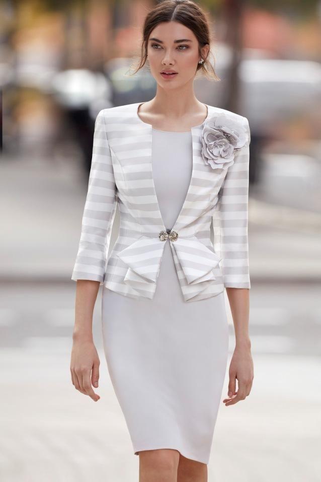 Traje de madrina gris con chaqueta 94673 de Carla Ruiz 2018