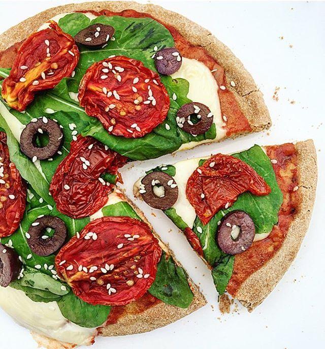 PIZZA MEDITERRANEA SALUDABLE para disfrutar del lunessss!!! ❣ ✔️Prepizza 100% integral (la compré en Hausbrot) ✔️Salsa de tomate (en lo posible casera) ✔️Queso descremado ✔️Rúcula ✔️Tomates secos ✔️Aceitunas negras ✔️Semillas de sesamo blancas @foodysclub No saben lo que estabaaaa  Dejemos de lado esa idea de que comer pizza tiene que ser poco saludable!  Podemos preparar algo igual de rico que una pizza común, disfrutar el momento y la comida igual que con una pizz...