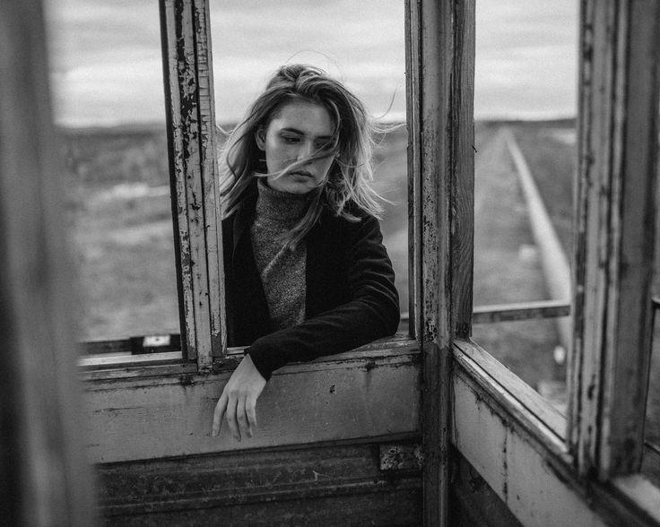 Иногда цвет в фотографии становится действительно лишним, он отвлекает от фактурности, от эмоциональной составляющей. А вы что думаете? Какие фотографии вам больше нравятся, цветные или чёрно -белые?  md @_gargoylee_ mua @irina_pindyurina hair @nina_bushina  #v_pindyurin #backandwhite #portrait #bwart #photography
