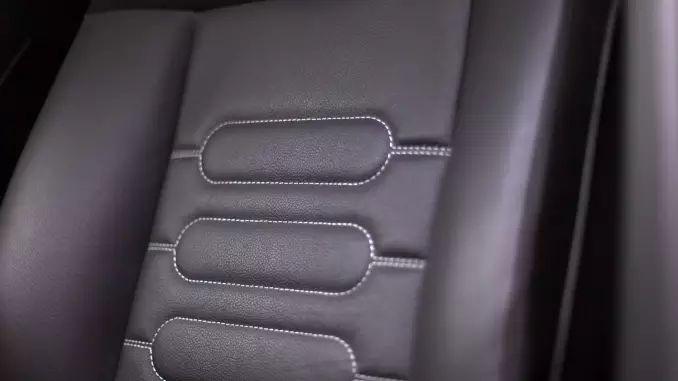 Etwas Baby Lotion auf ein Lappen geben und die Sitze damit einfetten. Die Lotion zieht schnell ein und gibt keine Rückstände.