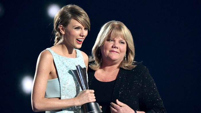 Taylor Swift's mom gives moving speech at AMC Awards after cancer diagnosis
