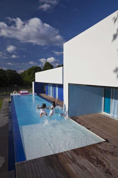 piscina con deck en casa moderna