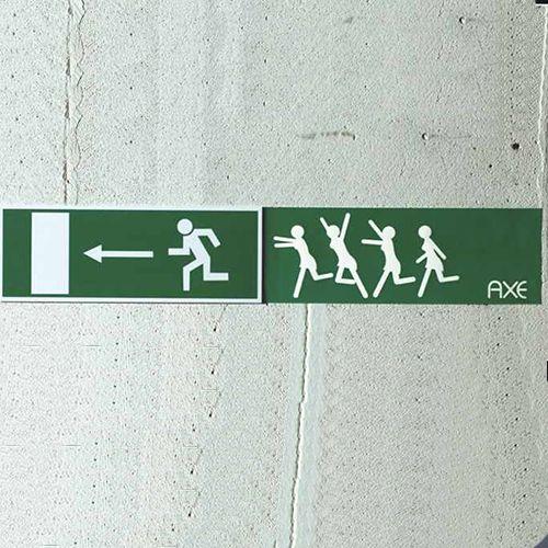 """Im Zuge der Ambient Guerilla Marketing Kampagne """"The Axe Effect"""" lies Axe Sticker drucken, auf denen laufende Menschen zu sehen waren. Auf den ersten Blick nicht ungewöhnliches, doch"""