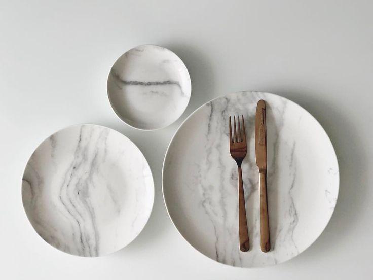 """11.7 mil curtidas, 157 comentários - Apartamento 84 (@apartamento84) no Instagram: """"Tem como um jogo de pratos ser mais a minha cara? Viciada confessa em mármore Carrara! ✨ Espero que…"""""""