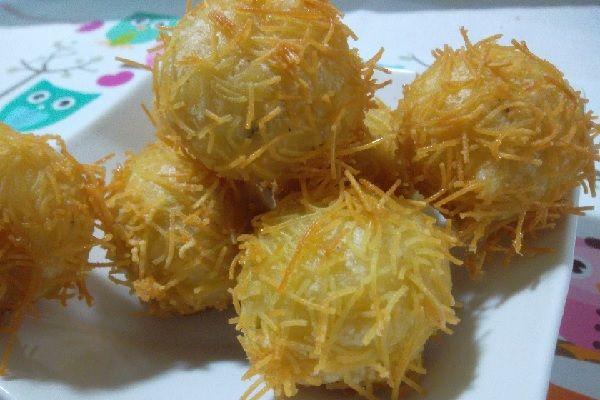 A Receita de Bolinhas de Queijo com Macarrão Cabelo de Anjo-Crespinhosé uma forma nova e muito charmosa de apresentar as tradicionais bolinhas de queijo