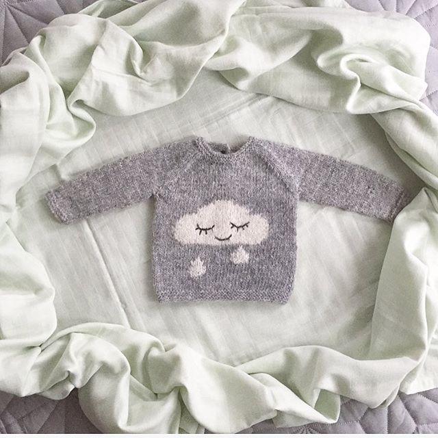 Regnskygenser   Den søteste og mykeste strikkegenseren jeg noen gang har strikket! Oppskrift fra flinke @lillerilledesignNye teknikker lært: Intarsia, (på skyen)  og brodering med maskesting (regndråpene). Veldig, veldig gøy!  #regnskygenser #knitting_inspiration #houseofyarn_norway #knitting #knitting_inspire #knittersofinstagram #babyknits @camcam_cph