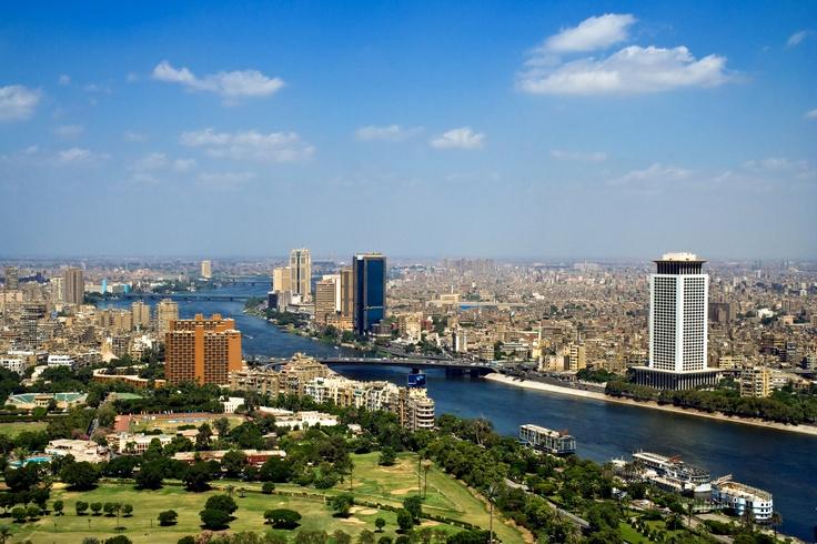 #Egypte #Le #Caire. Située sur le bord du Nil dans le nord de l'Égypte. À l'ouest de la métropole se trouve la ville de Gizeh avec ses trois grandes pyramides dont la grande pyramide de Khéops. http://vp.etr.im/f79a