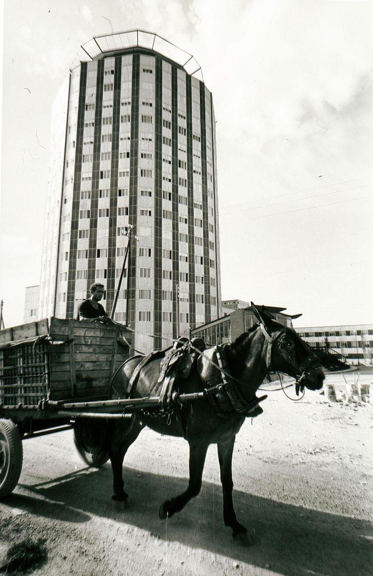 Un carro pasa por delante de La Paz, en 1965. / santos yubero                                                                                                                                                                                 Más