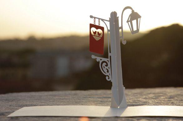 Il modello lampione richiama il romanticismo dei lumi ad olio accesi subito dopo il tramonto.