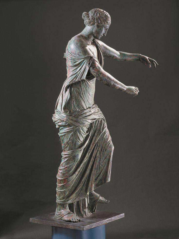 La Victoria Alada di Brescia es una escultura de bronce realizada en el 250 a.C. por un maestro griego y mas tarde re elaborada en edad romana imperial, probablemente después del 69 d.C. conservada en el Museo Santa Giulia en Brescia. Descubierta en el 1826 junto a otros bronces romanos en el sitio del Capitolium, hoy es uno de los simobolos de la ciudad de Brescia.