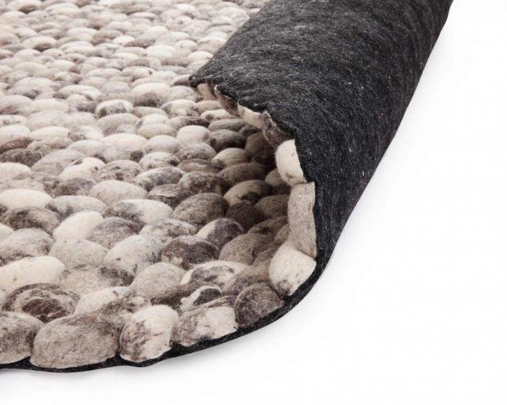 Las #alfombras de piedras son muy llamativas. Ayaan captará toda tu atención. Si buscas una #alfombra de estructura elaborada, te encantará este modelo. Cada piedra, hecha de #fieltro procedente de lana pura 100% en color gris, se cose a mano a las demás. Sus diferentes tonos de gris hacen que pueda usarse en cualquier tipo de vivienda.