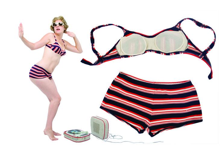 """1960 - un maillot de bain aux rayures d'époque """"yé-yé"""", deux-pièces en nylon épais, collection privée © Solo-Mâtine"""