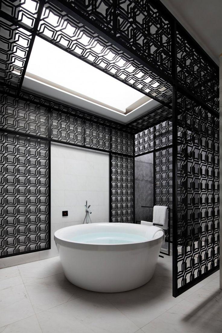Salle de bain moderne noire et blanche avec moucharabiehs design