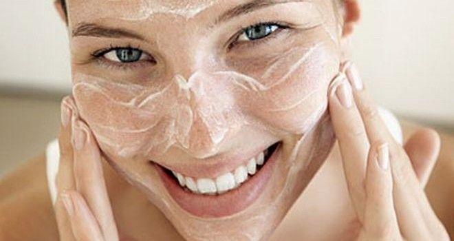 Yogurt + Miel para todo tipo de piel Una cucharada de yogurt natural (sin azúcar ni colorantes). Una cucharada de miel. Perfecta combinación para purificar y humectar tu piel. Mezcla ambos ingredientes y aplícalos sobre tu piel limpia con un suave masaje. Déjala actuar por 10 minutos y limpia tu cara con agua tibia y un poco de algodón. Es excelente para darle a tu piel una sensación de frescura después de un día cansado además de que ayuda a prevenir puntos negros y espinillas.